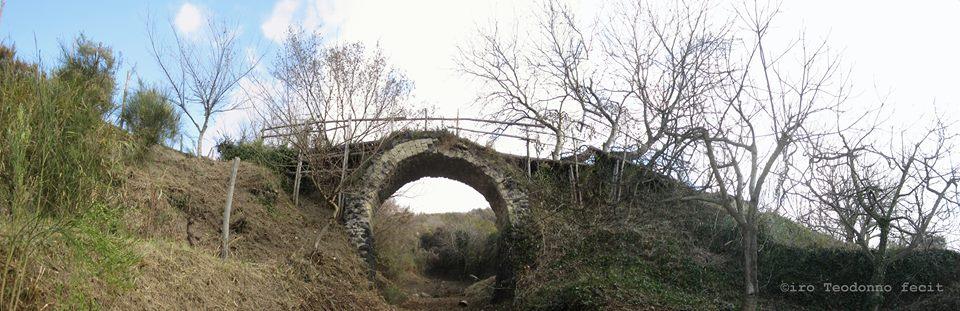 Il ponte borbonico che conduce a Casabarone