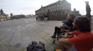 Marta e Francesco giunti alla meta. La piazza della Cattedrale di Santiago de Compostela