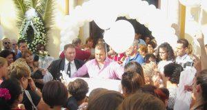Acerra, il piccolo feretro di Carmen viene salutato dalla folla