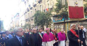 Via duomo a Napoli: monsignor Di Donna, in primo piano, e dietro il sindaco di Acerra