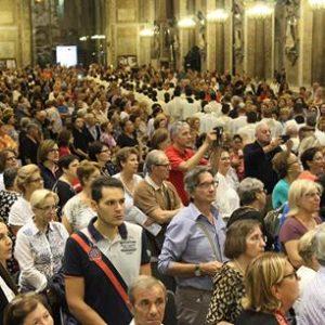 i fedeli assiepati durante l'omelia del vescovo di Acerra nella chiesa di San Giorgio Maggiore