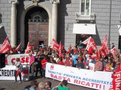 Una manifestazione a Napoli dei lavoratori della sanità privata